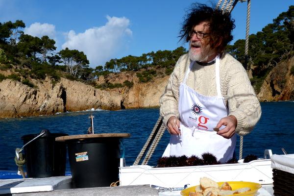 Der Kapitän der Rafael Boot Seeigelessen
