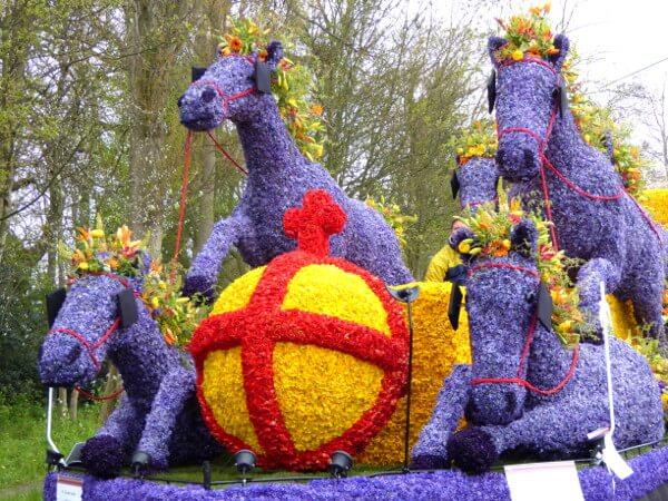 Blumenkorso Holland Bollenstreek Praalwagen königliche Pferdekutsche