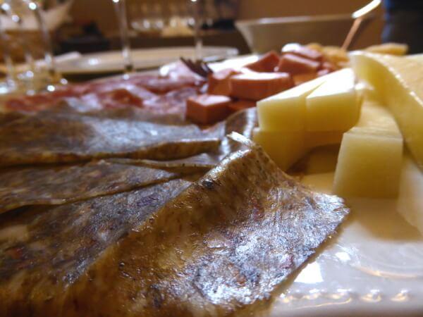 Dozza Enoteca Aufschnitt und Käse zum Wein