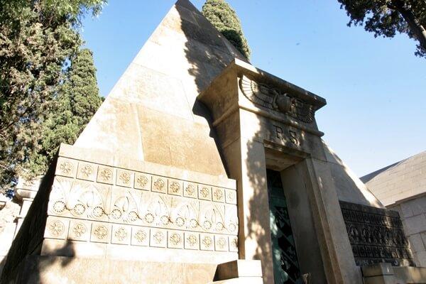 Friedhof Montjuïc Pyramide pilar soler vda serra