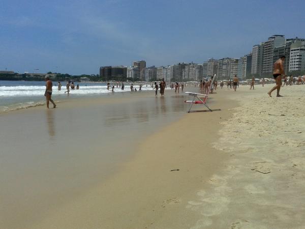 stuhl am strand copacabana rio de janeiro