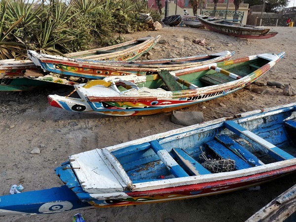 Boote-am-Strand-Goree-Sklaveninsel-Senegal
