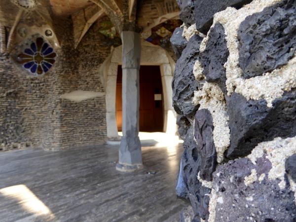 basalt-steine-saeulen-krypta-gaudi-colonia-gueell-barcelona-freibeuter-reisen