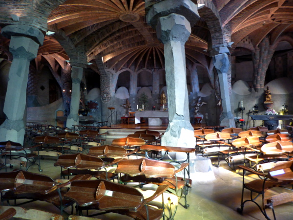 innen-krypta-gaudi-colonia-gueell-barcelona-freibeuter-reisen