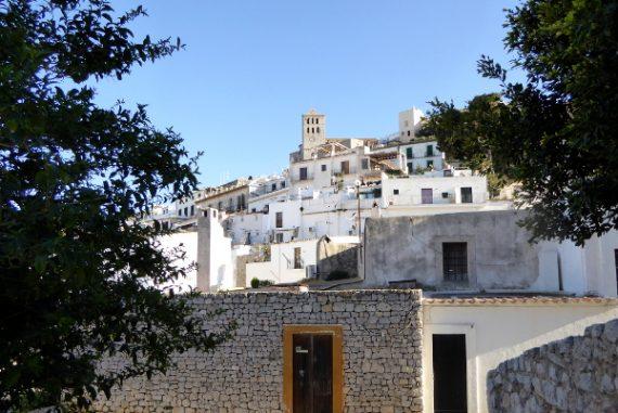 blick auf die Altstadt dalt vila eivissa ibiza freibeuter reisen