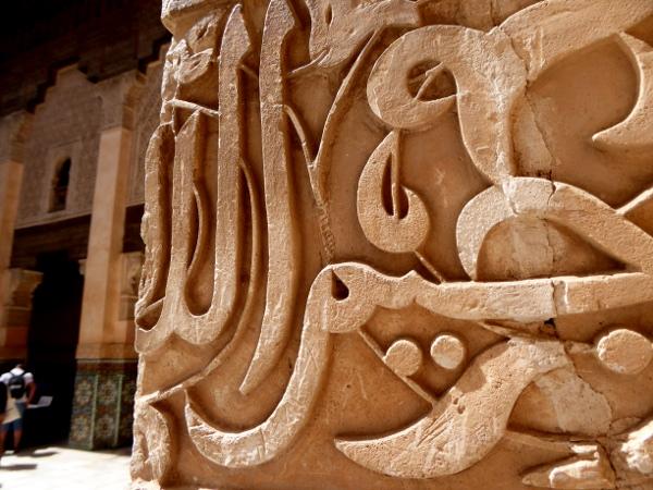 marrakesch saulen schrift medersa ben youseff freibeuter reisen