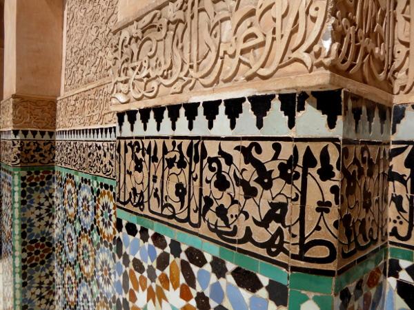 marrakesch verschiedene schriften an der wand der medersa ben youseff freibeuter reisen