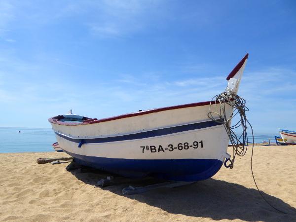 boot am Strand Calella