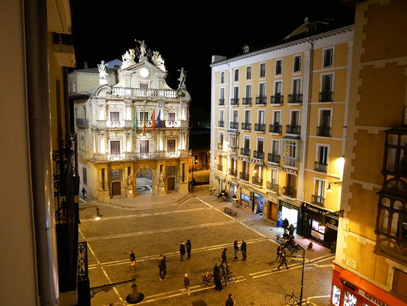 ayuntamiento nachts vom balkon des hotels altstadt pamplona