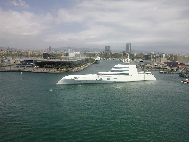 Motoryacht-A Philipp Starck Barcelona Hafen