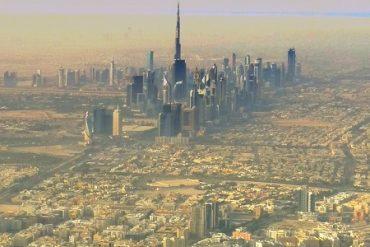 Dubai Airport - Blick auf Wolkenkratzer in der Wüste 15