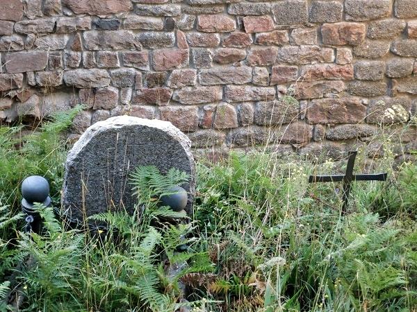 Wandern Montseny Grabsteine am Kloster