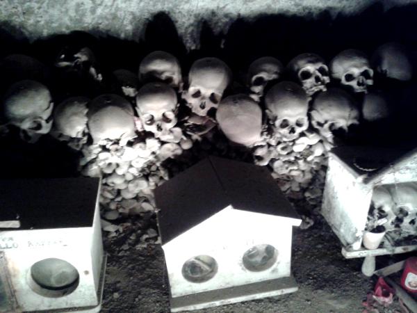 Neapel Cimitero delle Fontanelle Schädel