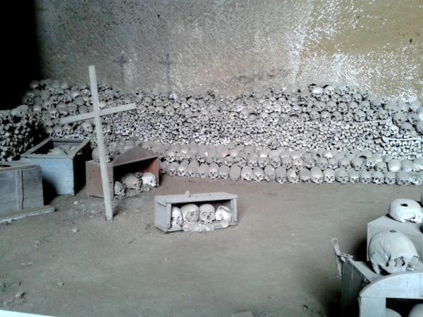 Neapel Friedhof Cimitero delle Fontanelle
