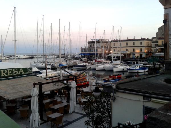 Neapel am Castell Ovo Hafen