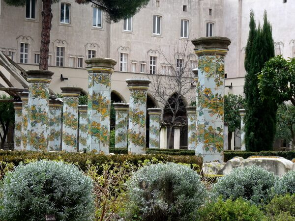 Klostergarten Santa chiara Säulen Neapel