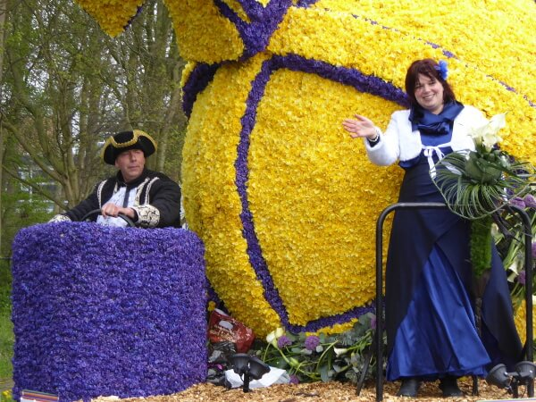 Blumenkorso Holland Bollenstreek Praalwagen winkende