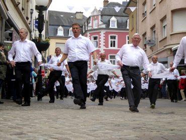 Mit Polka in die Kirche hüpfen: Springprozession Echternach 1