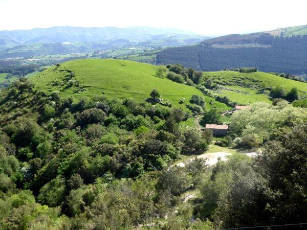 berge und grüne Wiesen Baskenland Bizkaia