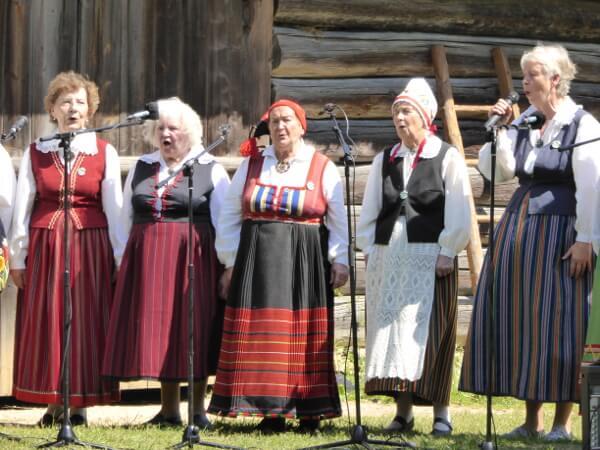 traditionelle estnische Lieder Konzert im Freilichtmuseum