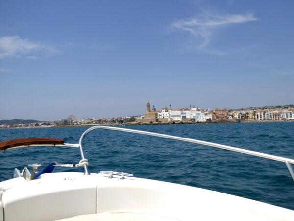 Blick auf Sitges vom Boot aus