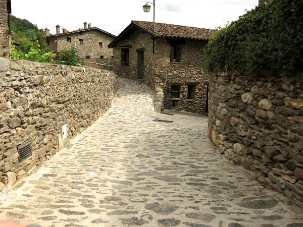 Dorf Weg durch Beget