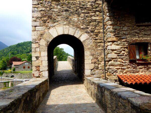 eingangstor Camprodon romanisch