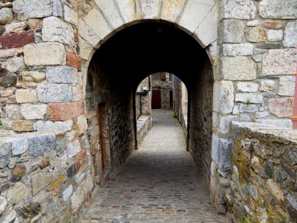 stadttor camprodon romanisch