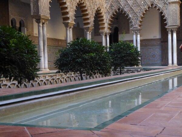 Alcazar Sevilla Wasser Innenhof