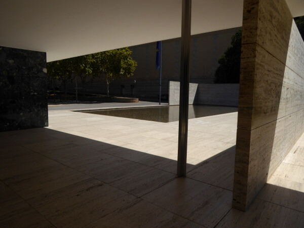 Deutscher Barcelona Pavillon mies van der Rohe freier Grundriss Räume