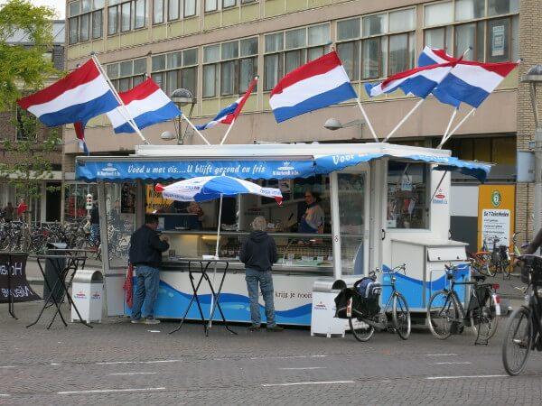 Fischbrötchen am Bahnhof in Leiden