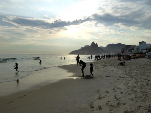 Praia Ipanema Strand Rio de Jaeniro am abend