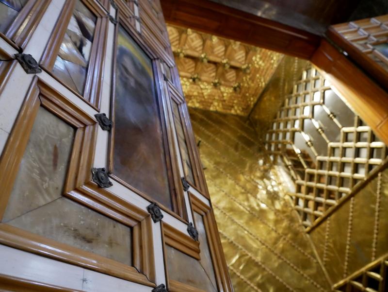 palau guell barcelona altar