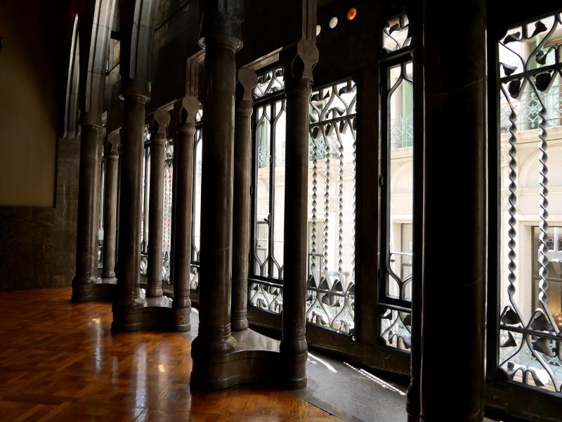 palau güell barcelona säulen