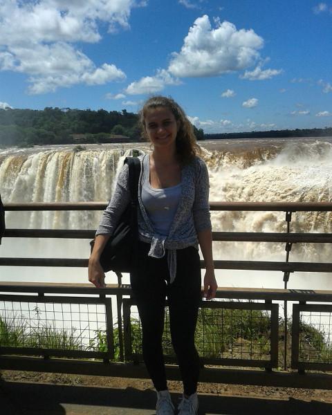 Lina auf der argentinischen Seite der iguazu wasserfälle