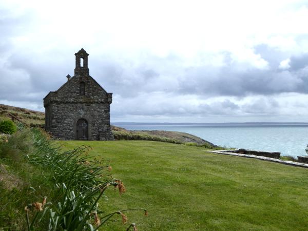 kleine kapelle costal path st davids wales wanderweg kueste