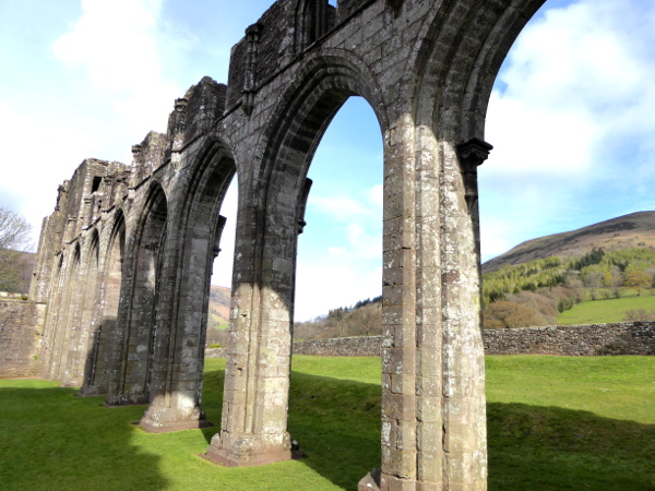 sauelen kirche llanthony abbey brecon beacon Nationalpark Wales
