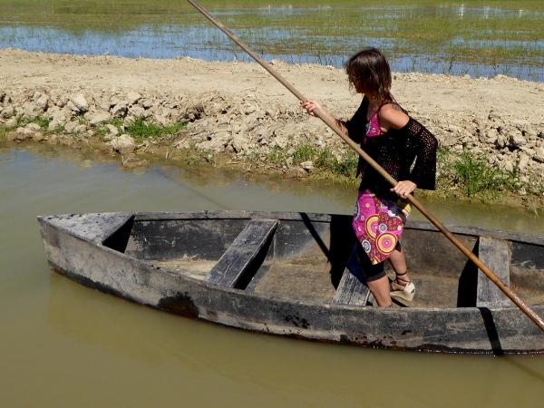 Rudern durch die Reisfelder im Ebrodelta freibeuter reisen
