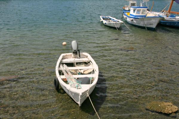 kleines boot im hafen Thunfisch Tour freibeuter reisen