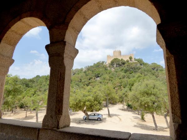 castell de farners Freibeuter reisen Burgen Route blick Kirche zur Burg