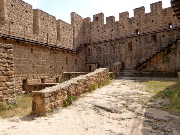 castell de farners Freibeuter reisen Burgen Route innenhof