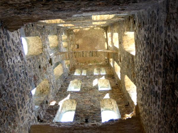 Glockenturm von unten Sant Pere de Rodes Freibeuter Reisen.