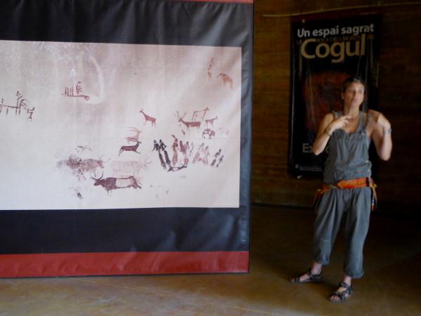 anna erklärt Felsmalereien Steinzeit el cogul Freibeuter Reisen Lleida.