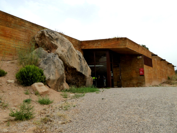 eingang museum Felsmalereien Steinzeit el cogul Freibeuter Reisen Lleida.
