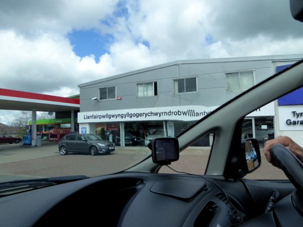 wales sprache walisisch name einer tankstelle autohändlers auf walisisch