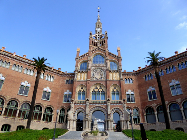 hospital-sant-pau-santa-creu-barcelona-eingang-vorne-freibeuter-reisen