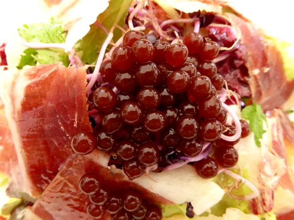 salat-schinken-und-erbeerkaviar-vinyuela-axarquia-freibeuter-reisen