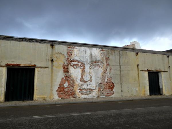 aveiro-streetart-explosion-an-der-wand-freibeuter-reisen