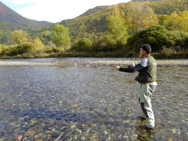 lluis-fliegenfischen-vall-de-boi-freibeuter-reisen