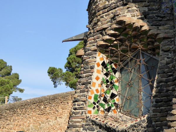 fenster-krypta-gaudi-colonia-gueell-barcelona-freibeuter-reisen